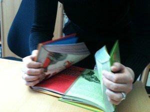Versucht, die Buchseiten ineinander zu blättern.