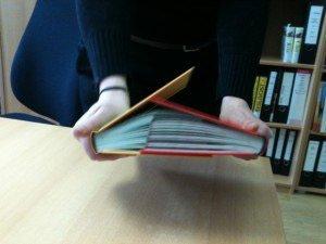 Nun versucht, die Bücher auseinander zu ziehen!