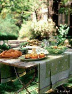 Ob zu Salat, Gemüse oder Fleisch – Giersch und andere Kräuter verschaffen ein besonderes Aroma.