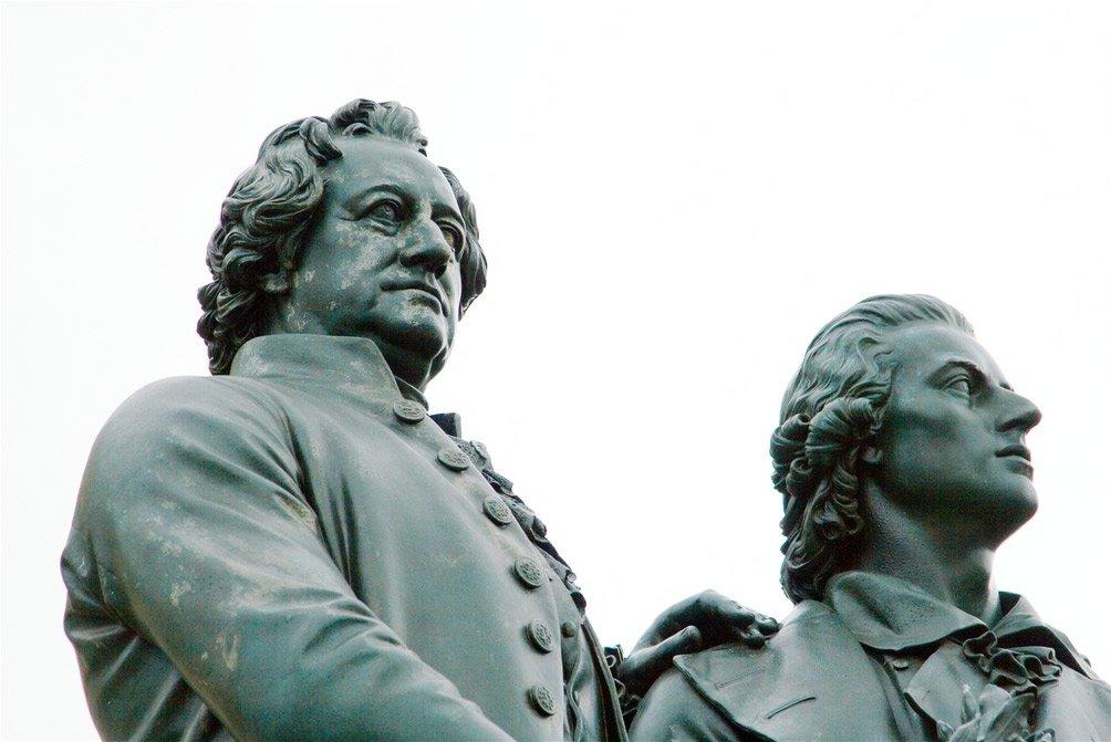 Zählt zu den bekanntesten Weimarer Sehenswürdigkeiten: das Goethe- und Schillerdenkmal / Foto: © André Zehetbauer, Flickr