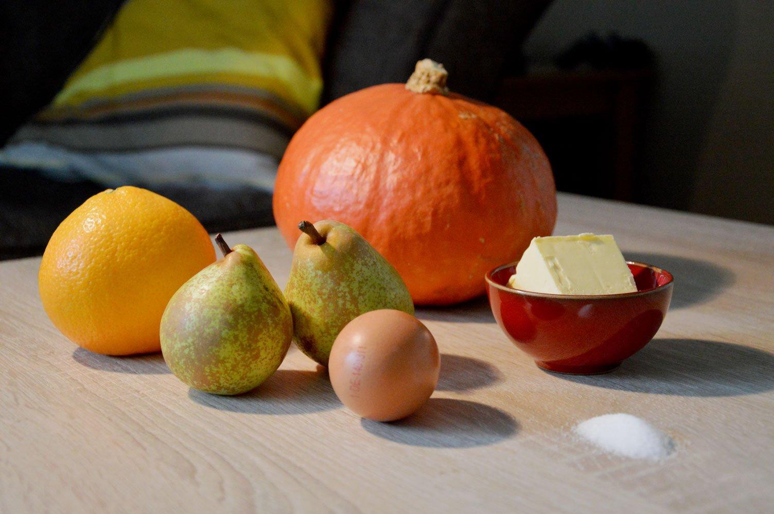 Die Zutaten zum Backen: Kürbis, Birne, Orange, Butter, Mehl, Ei