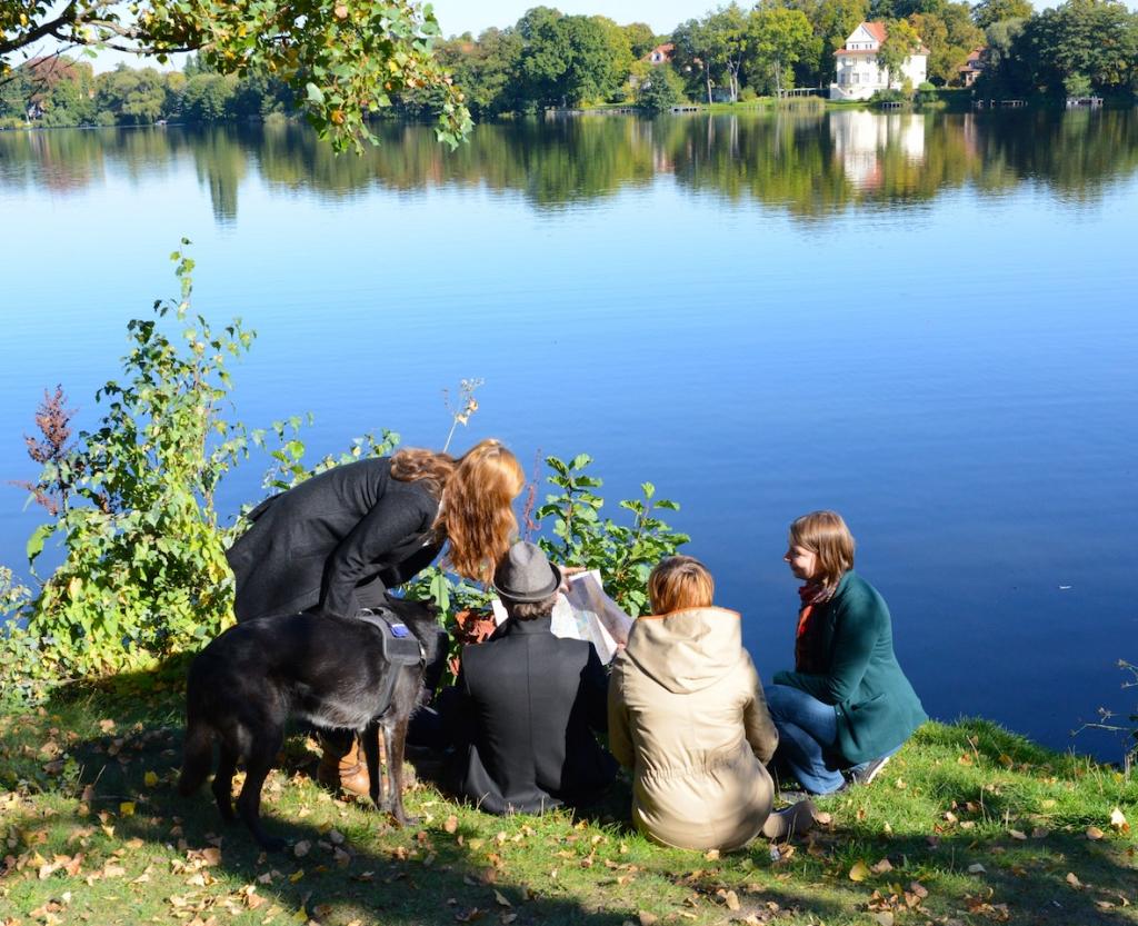 Das Team hinter dem Blog Reisen in Deutschland (v.l.n.r.): Doli (unser Verlagshund), Julia, Deborah (verdeckt), Marcus, Vanessa, Sarah