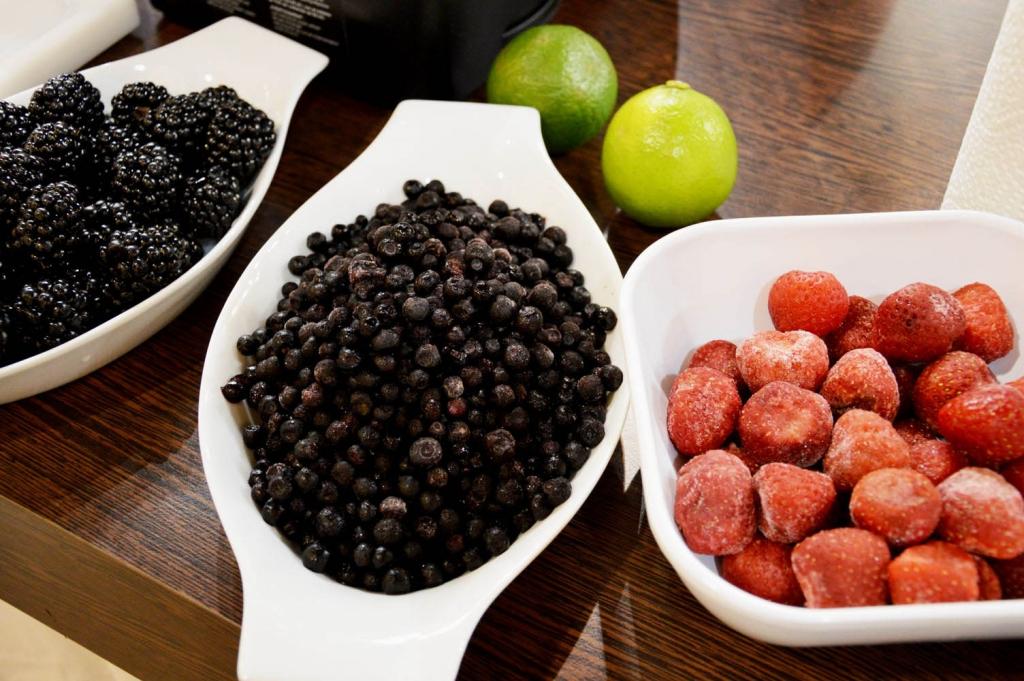 Frische Heidelbeeren, Erdbeeren und Brombeeren für einen leckeren Früchte-Smoothie