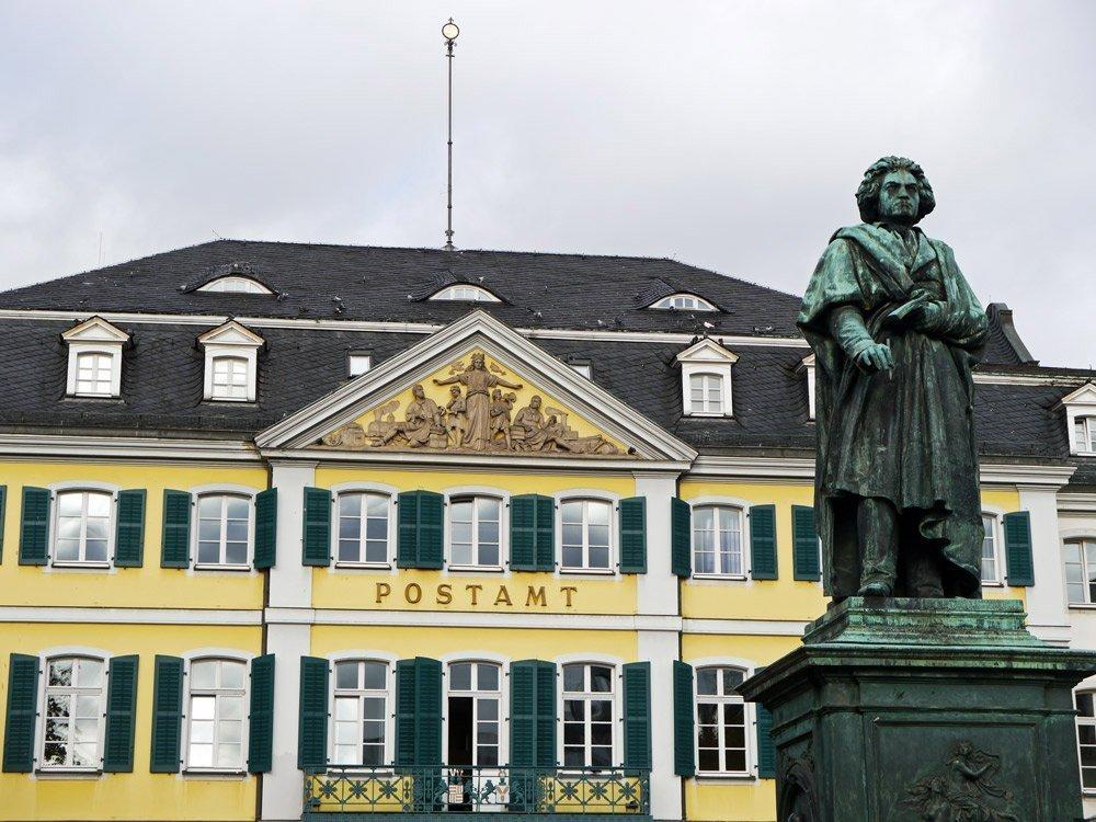 Sehenswürdigkeiten mitten in Bonn: Beethoven-Denkmal und das Alte Postamt