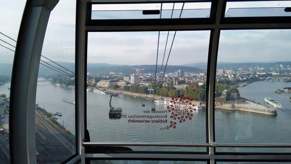 Morgendlicher Blick aus der Seilbahn. Im Bild: Deutsches Eck, links der Rhein und rechts die Mosel