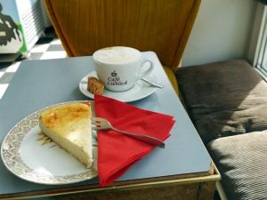 Kaffee und Kuchen in gemütlichem Retro-Ambiente