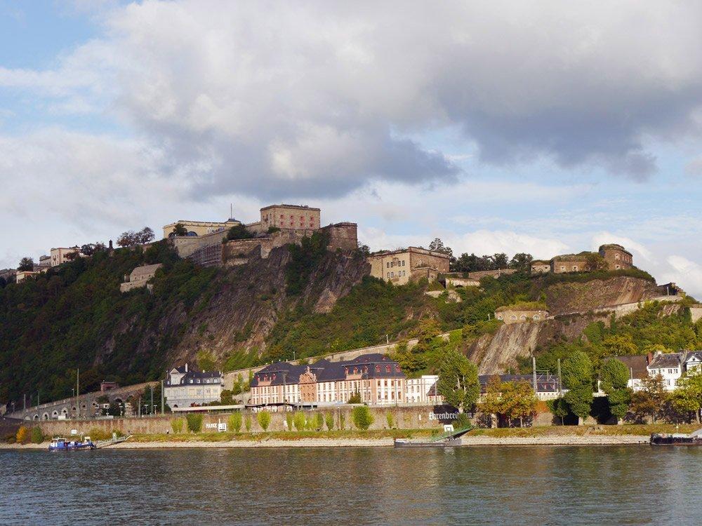 Festung Ehrenbreitstein vom anderen Rheinufer aus gesehen