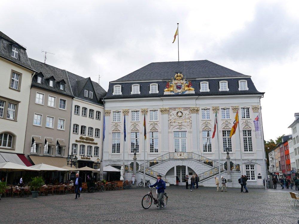 Einer der schönsten Sehenswürdigkeiten: das Bonner Rathaus im Rokoko-Stil
