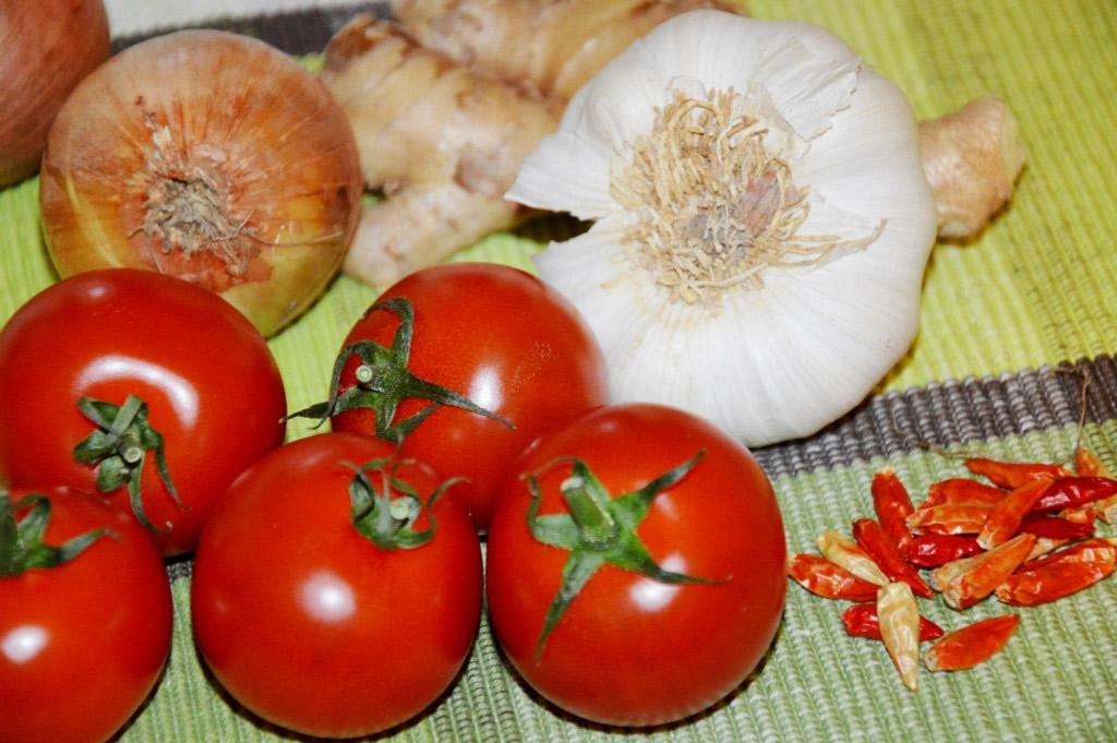 Frisches Gemüse: Tomaten, Knoblauch, Zwiebel, Ingwer und Chilischoten