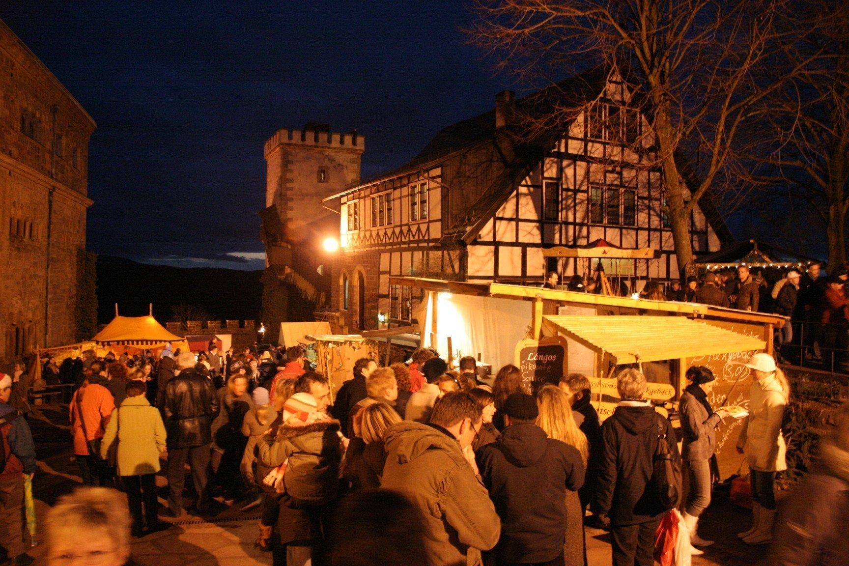 Romantische Burgatmosphäre: Mittelalterlicher Weihnachtsmarkt auf der Wartburg in Eisenach (Foto: © Wartburg-Stiftung)
