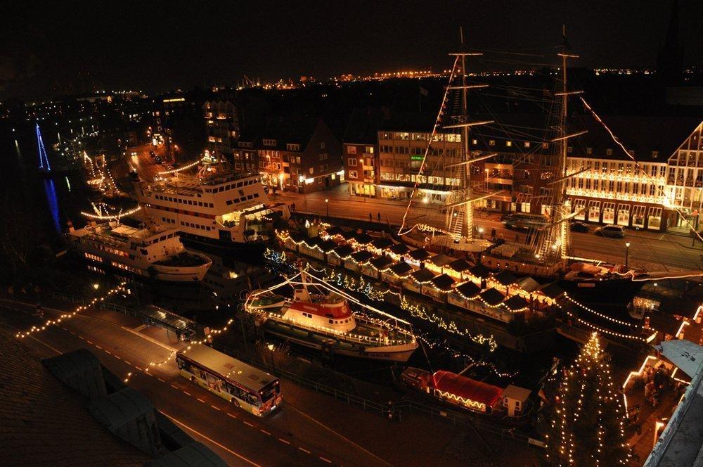 Maritimes Flair auf dem Weihnachtsmarkt am Hafen von Emden (Foto: © Ursel Wullert / Flickr)