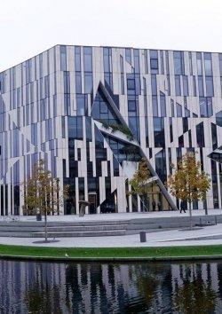 Der Kö-Bogen, gebaut nach einem Entwurf des berühmten Architekten Daniel Libeskind
