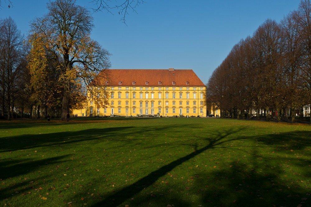 Das Osnabrücker Schloss bietet Studierenden innen und außen viel Platz. (Foto: ©maaddin/Flickr)