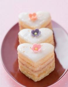 Eine süße Geschenkidee zum Valentinstag, © Stockfood/ aus dem Buch Süß und herzhaft aus Mehl & Ei