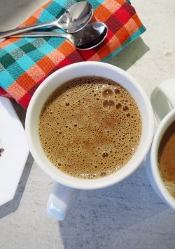 Leckere Trink-Schoko aus Kakaonibs, Cashewnüssen, Chiasamen, Linsen und Datteln