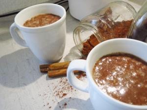 Kakao aus Kakaopulver, Cashewnussmus, Ingwer, Vanille, Zimt, roten Linsen und Ahornsirup