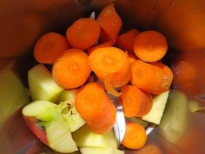 Karotten und Äpfel zum Zerkleinern in den Mixer geben