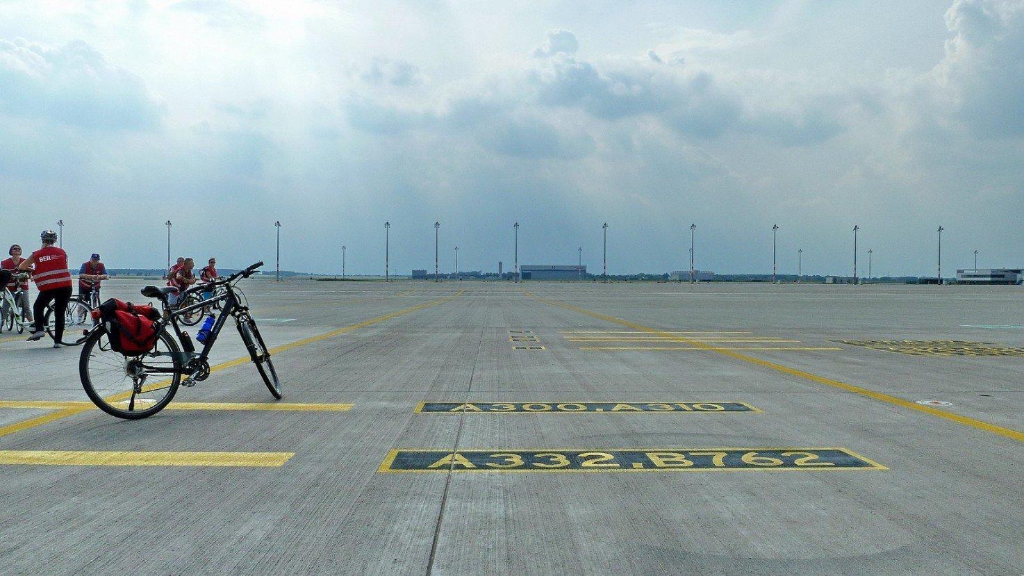 Fahrrad-Tour über den menschenleeren BER-Flughafen (Foto: © Dieter Palm, Flickr)