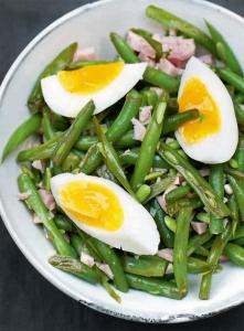 Bohnensalat mit Ei und Schinken