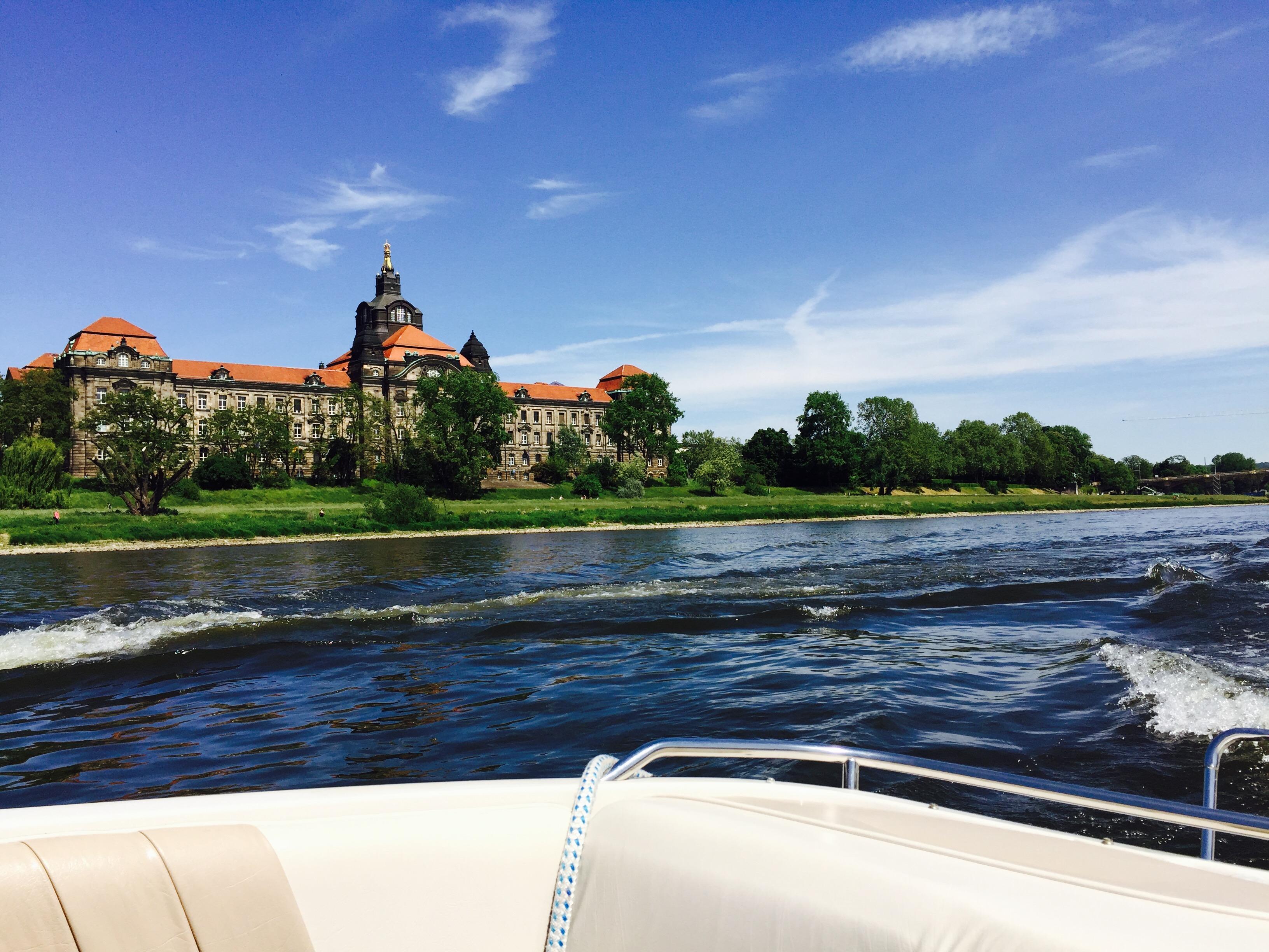 Eine der entspanntesten Outdoor-Aktivitäten diesen Sommer: Mit dem Elbetaxi durch Dresden schippern