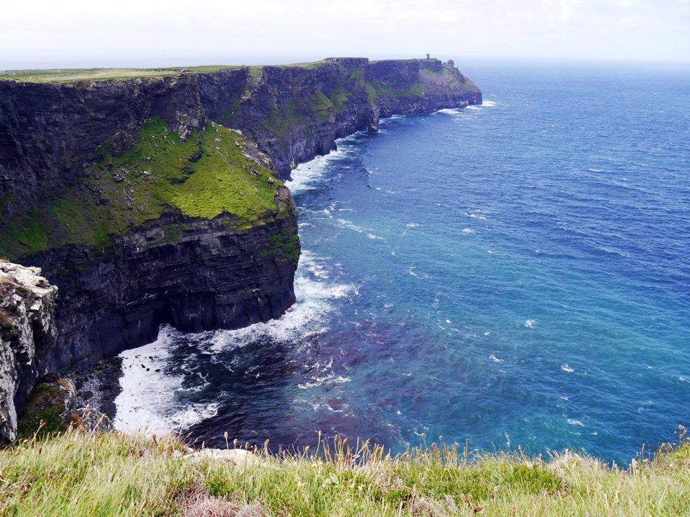 Bis zu 200 Meter ragen die Cliffs of Moher in die Höhe – ein Highlight jeder Irland-Rundreise