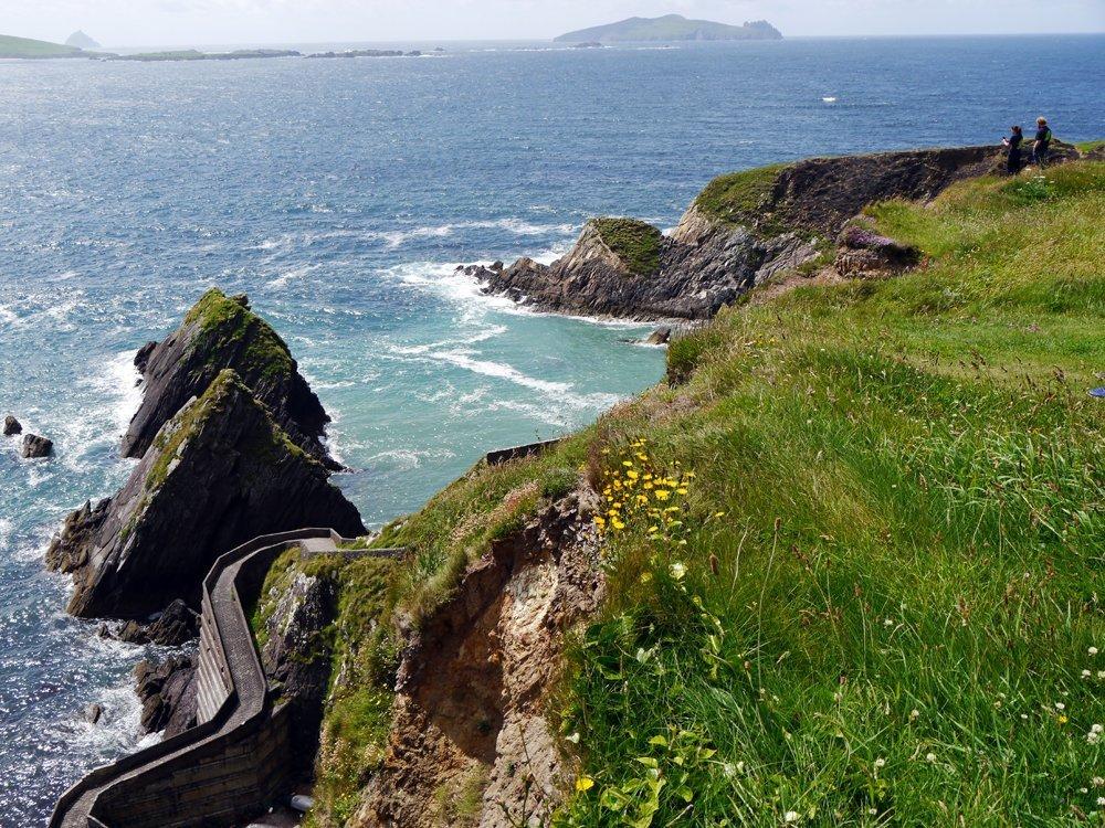 Türkisblaues Wasser und ein traumhaft schöner Blick auf die Blasket Islands: Unterwegs auf dem Slea Head Drive, eine der tollsten Panorama-Straßen in Irland