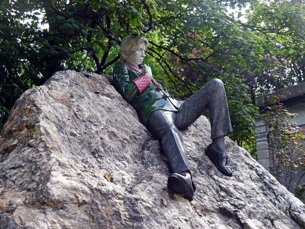 Kultur erleben auf dem Merrion Square in Dublin: Hier steht das Denkmal des berühmten irischen Schriftstellers Oscar Wilde