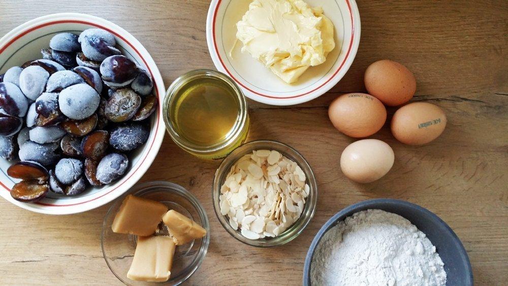 """Diese Zutaten benötigt Ihr für den leckeren Pflaumenkuchen aus unserem Buch """"Clean Baking"""""""
