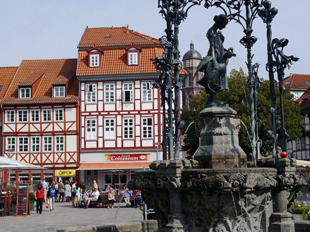Der Gänseliesel-Brunnen: Wahrzeichen GöttingensDer Gänseliesel-Brunnen: Wahrzeichen Göttingens