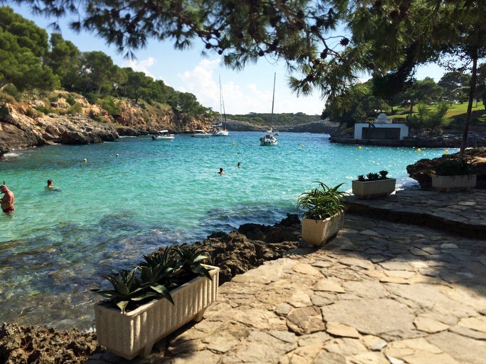 Von den großen Touristenströmen (noch) weitestgehend unentdeckt geblieben: Der Strand Cala Mitjana, nahe des Ortes Cala d'Or im Nordosten von Mallorca