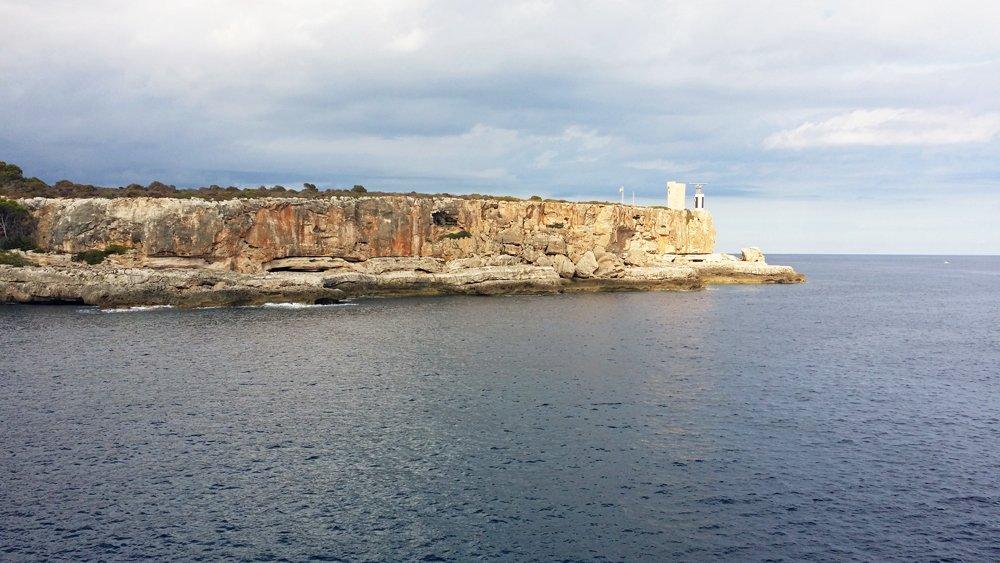 Spanien auf authentische Weise erleben, fernab großer Hotels: Steilküste nahe des Fischerdorfs Cala Figuera