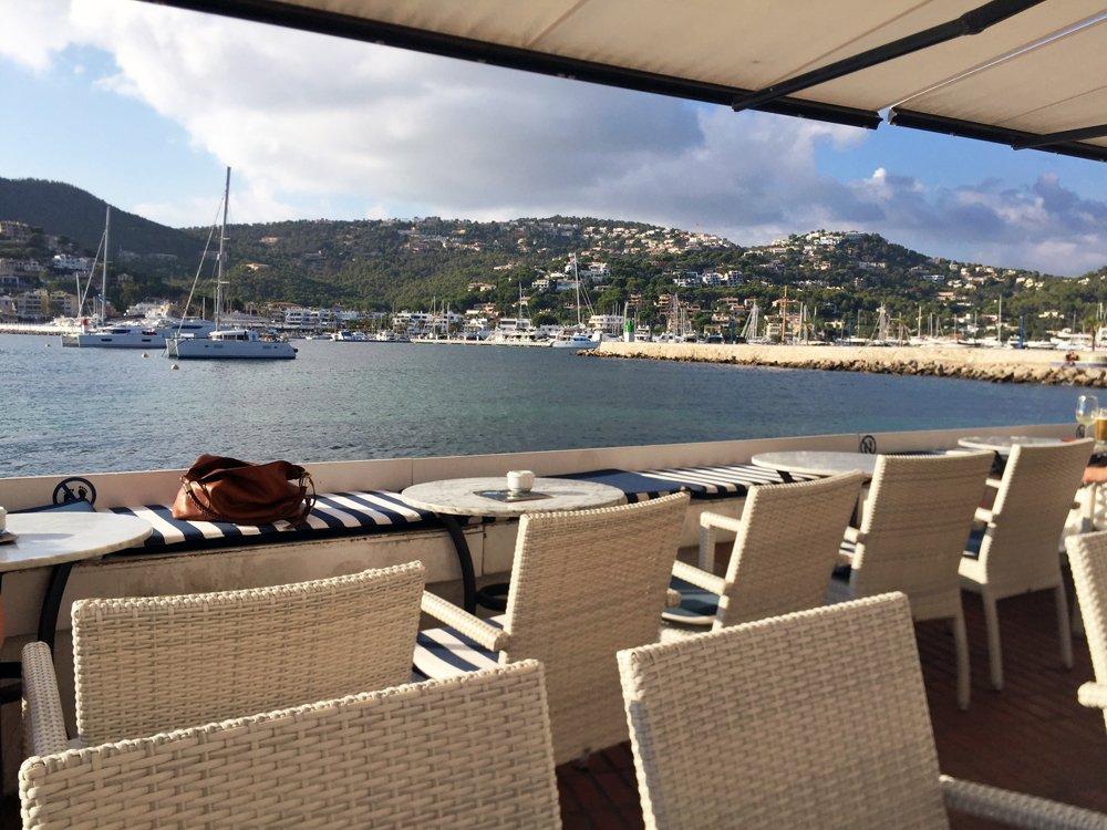 Entspannen am Hafen der Stadt Port d'Andratx