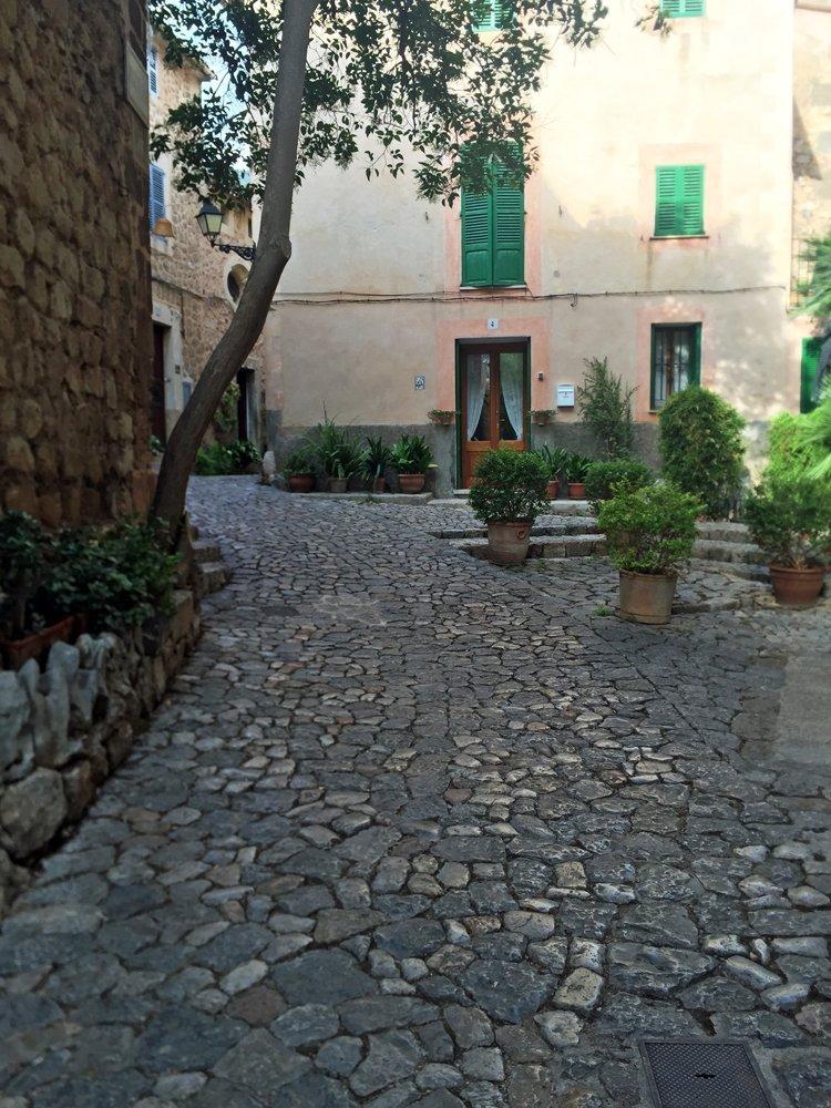Romantische Gasse im Bergdorf Valldemossa auf Mallorca