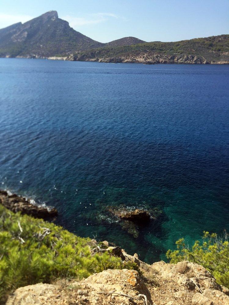 Allein für diesen Meerblick lohnt sich eine Wanderung durch das Naturschutzgebiet La Trapa.