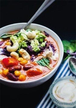 Bohneneintopf mit Avocado und knackigem Rotkohl