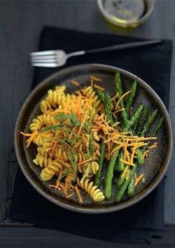 Fusilli mit grünem Spargel, Rucola und Käse