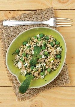 Gerstensalat mit Feta, Erbsen und Minze