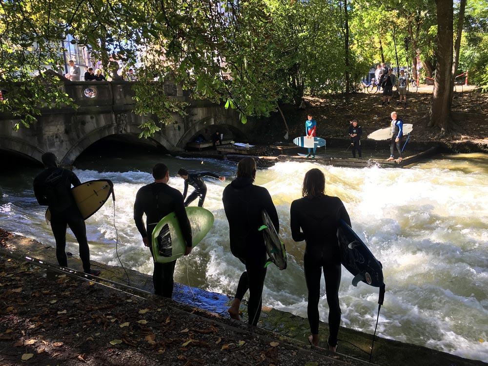 Surfer in München - Eisbach Welle